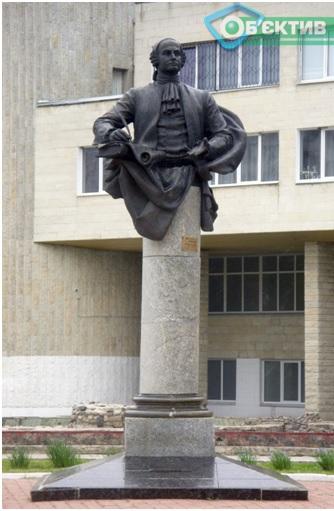 Памятник Ломоносову перед Харьковским дворцом детского и юношеского творчества