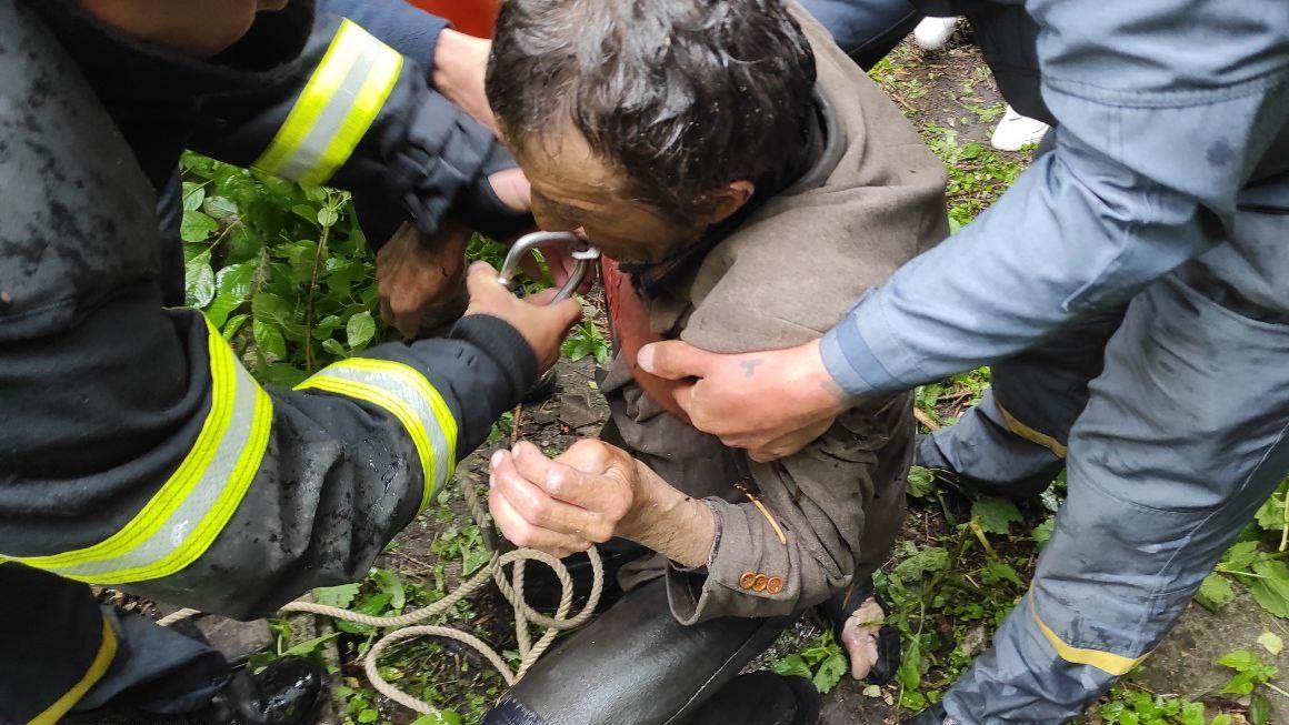 Житель Харьковщины свалился в 8-метровый колодец (фото)