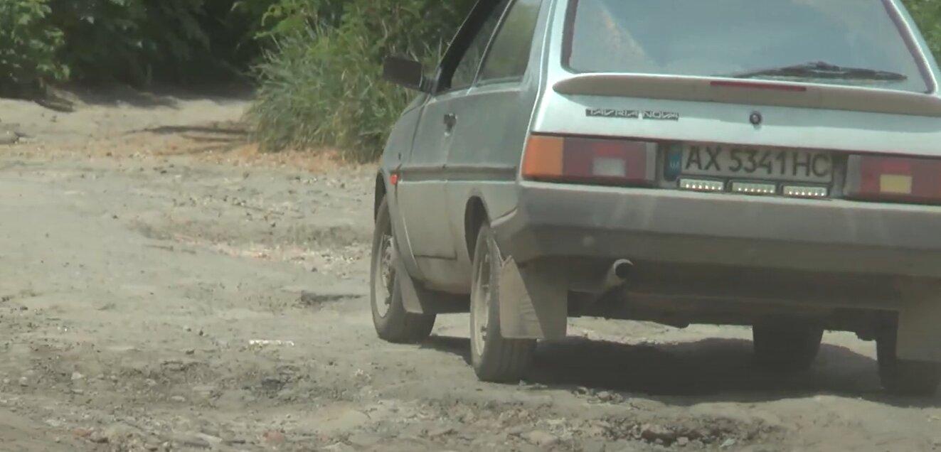Замість асфальту – суміш із каміння та сміття: мешканці Великої Данилівки вимагають відремонтувати дорогу
