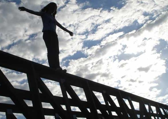На Харьковском мосту копы спасли женщину с порезаными венами (видео)