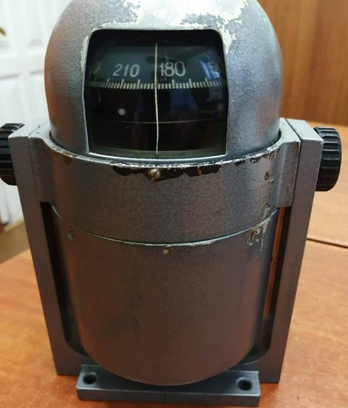 Металлический корабельный компас серого цвета с маркировкой и весом 2,5 кг, который таможенники изъяли у россиянина 10 июня на Харьковщине