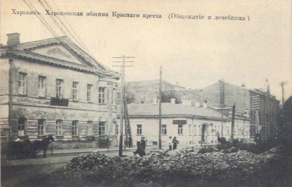 Лечебница харьковского Красного Креста (слева) на Вознесенской площади