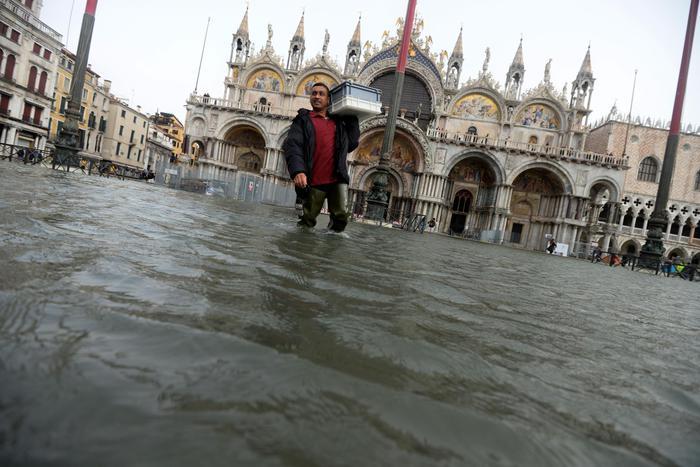 Вода в Риме залила первые этажи зданий