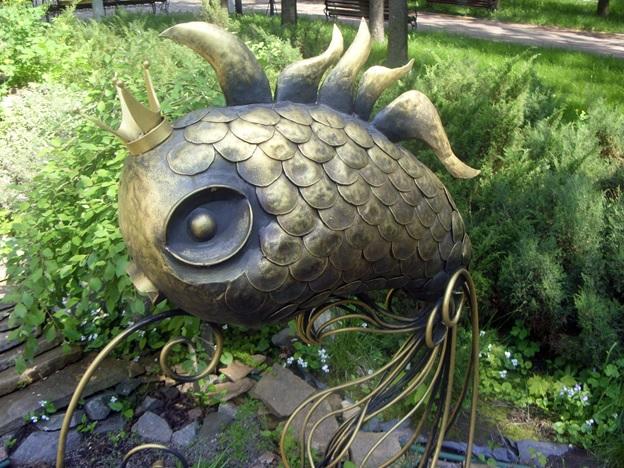 Скульптура Золотой рыбки в парке в Песочине