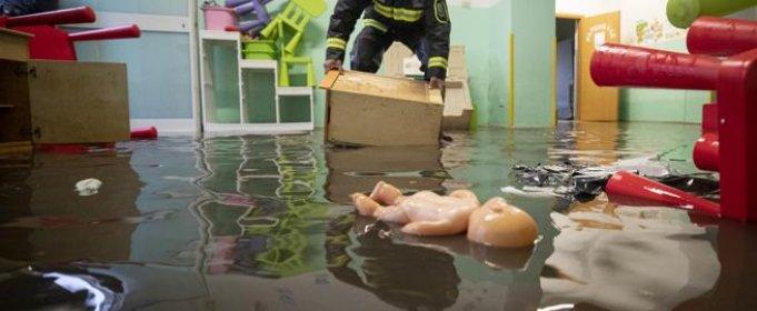 В Риме из-за наводнения спасатели эвакуировали детский сад