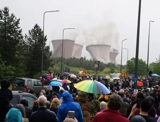 На взрыв вышли посмотреть жители окрестных городов