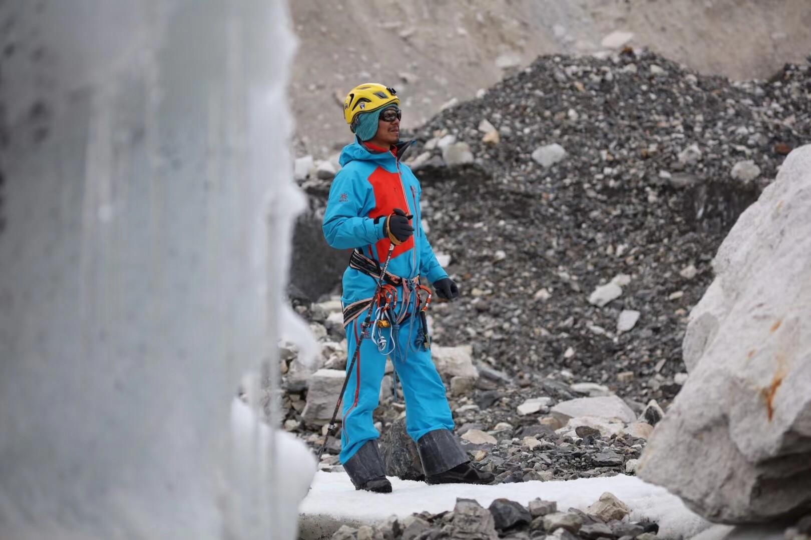Слепой китайский альпинист поднялся на вершину мира — Эверест