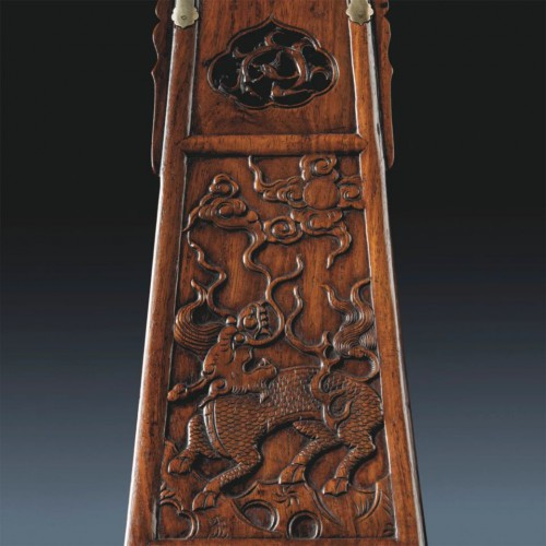 На спинке кресла были изображены сцены из жизни императоров
