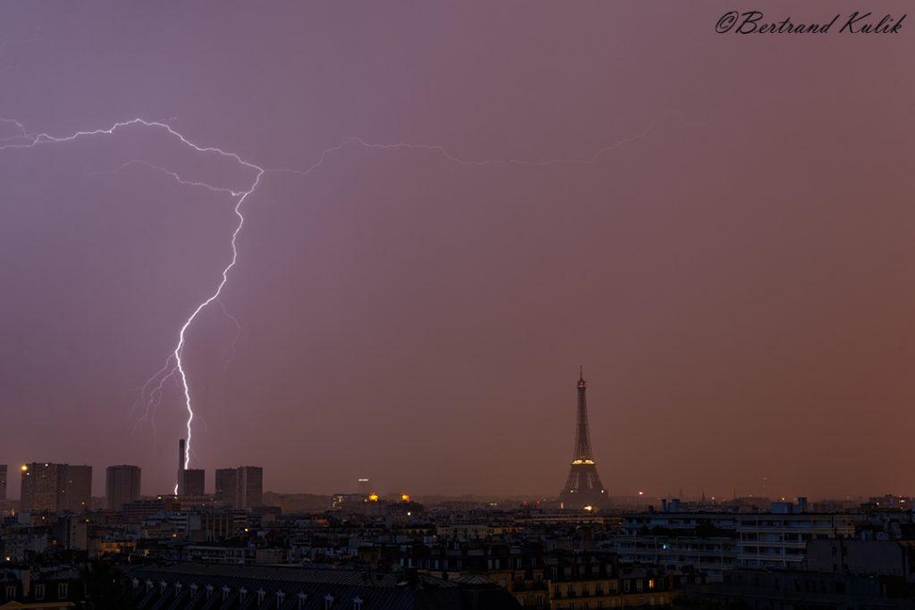 Эйфелева башня стала мишенью для молнии