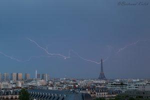 В верхушку Эйфелевой башни ударила молния