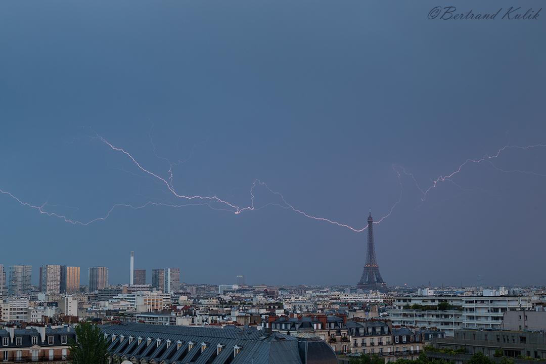 В Эйфелеву башню ударила молния