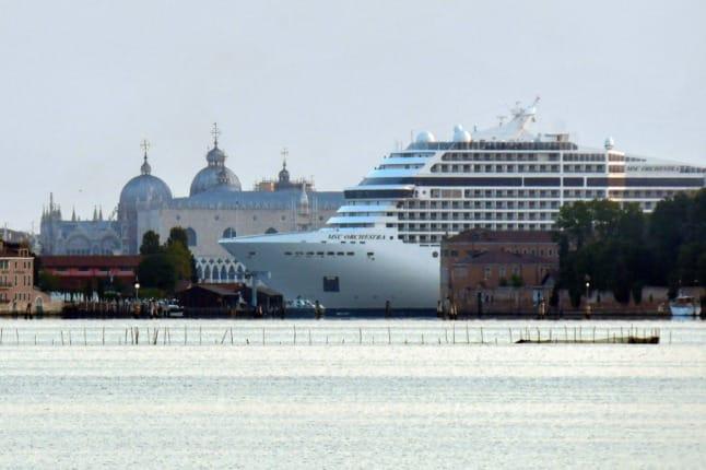 В Венеции провели акцию протеста после того, как в город зашел первый круизный лайнер после карантина