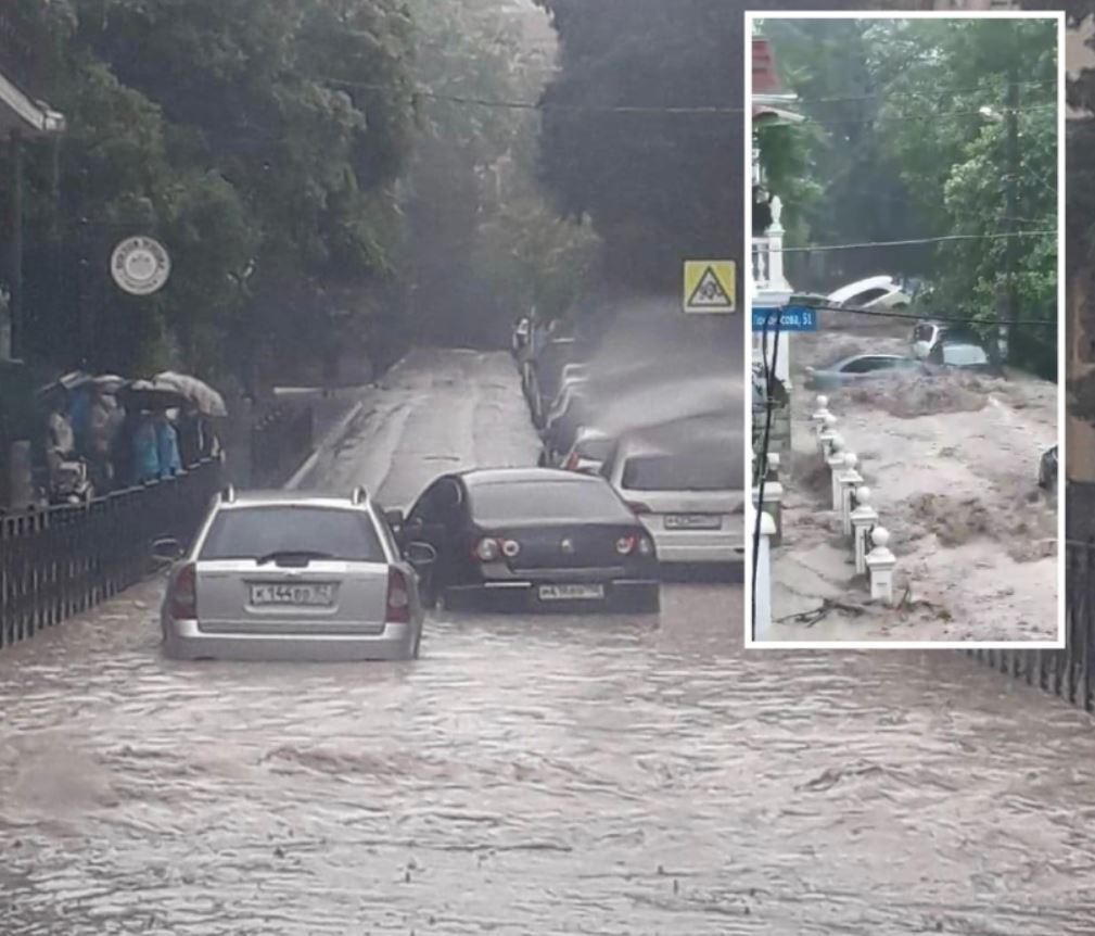 В Крыму настоящий потоп, Ялту смывает потоками воды (фото, видео)