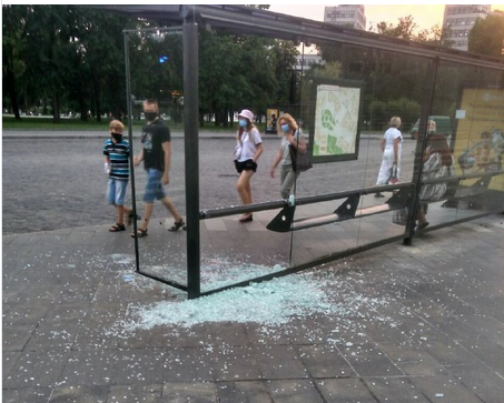 Возле сада Шевченко вандалы разбили стекла на остановке (фото)