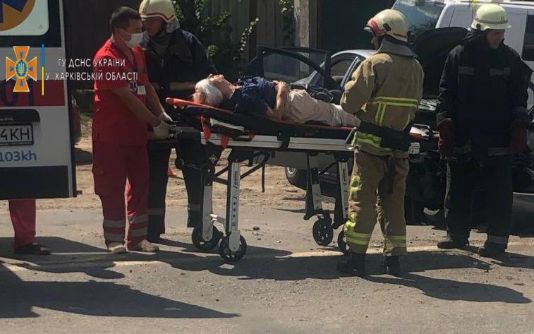 В лобовом столкновении двух иномарок под Харьковом пострадали два человека (фото)