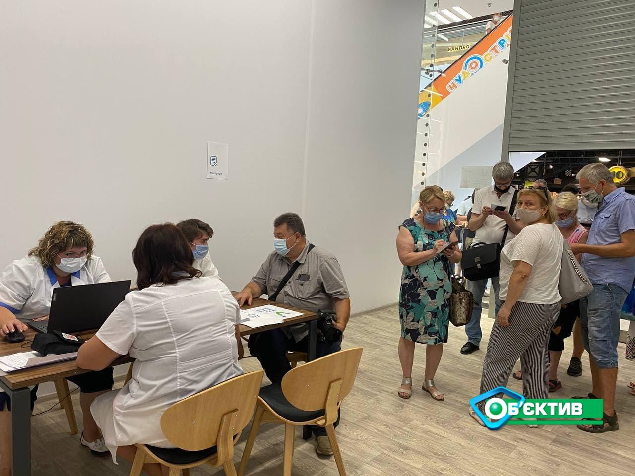 Первый день работы центров массовой вакцинации в двух харьковских ТРЦ начался без ажиотажа