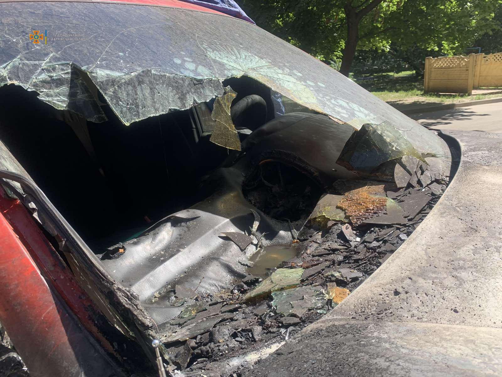 В Харькове подожгли автомобиль, припаркованный на ночь возле многоэтажки (фото)