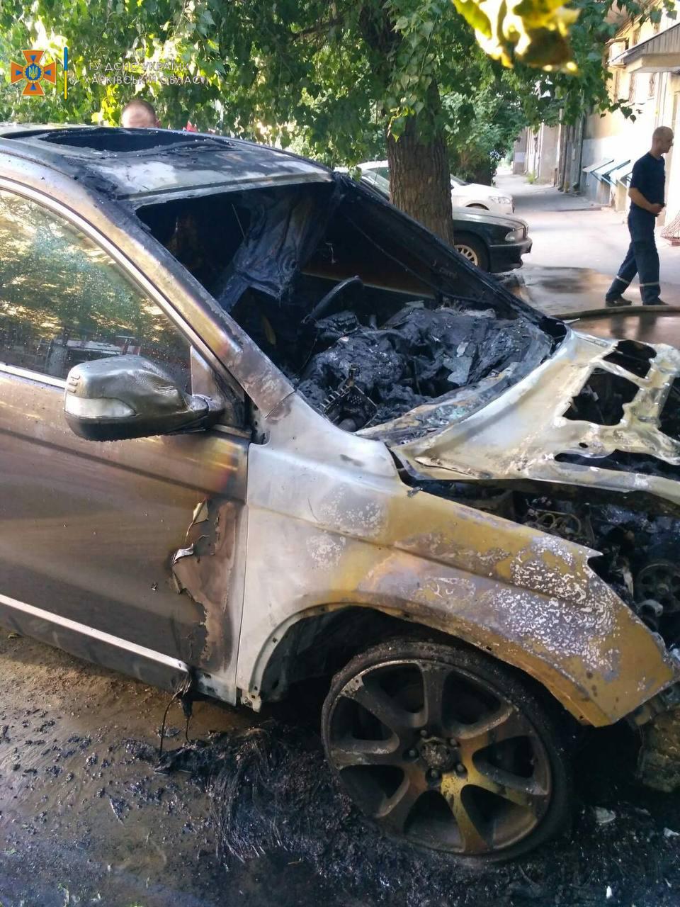 В центре Харькова сгорел автомобиль (фото)