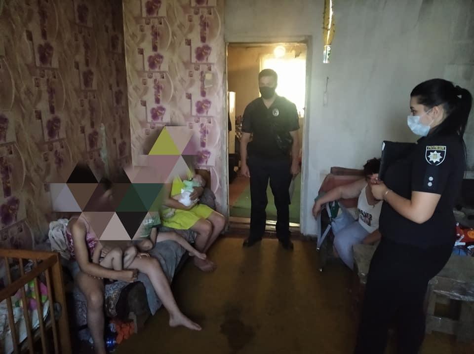 На Харьковщине полицейские передали четырех детей из неблагополучной семьи в реабилитационный центр (фото)