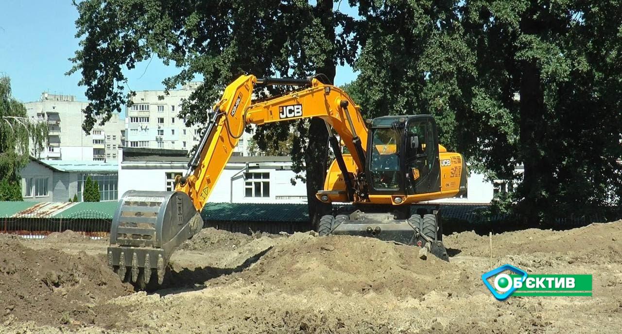 Клумбы, волейбольные площадки и корт с искусственной травой: в Харькове преображают популярный сквер (фото)