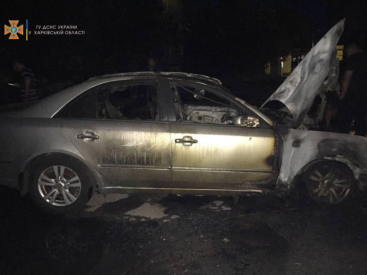 Во дворе дома на проспекте Победы горели два автомобиля (фото)