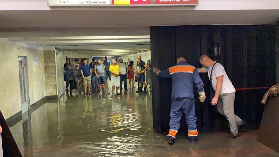 В Киеве из-за дождей затопило улицы и две станции метро (фото, видео)