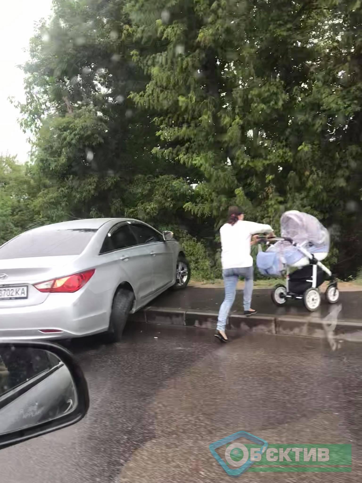 В Харькове иномарка вылетела на тротуар возле остановки и перекрыла проход пешеходам (фото)