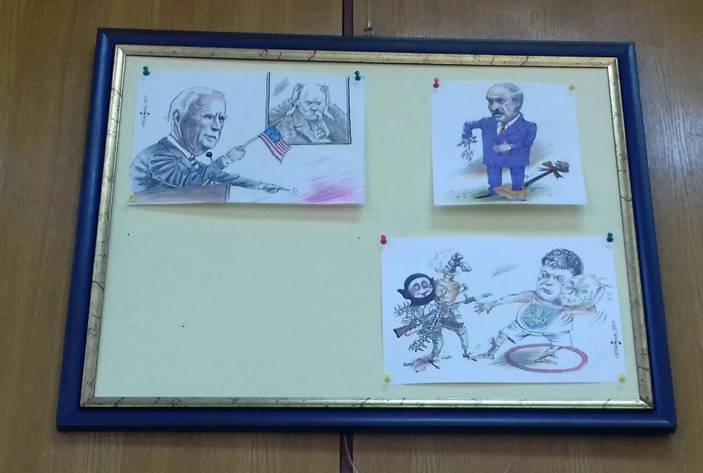 В Киеве с выставки карикатур убрали рисунки с изображением Зеленского (фото)