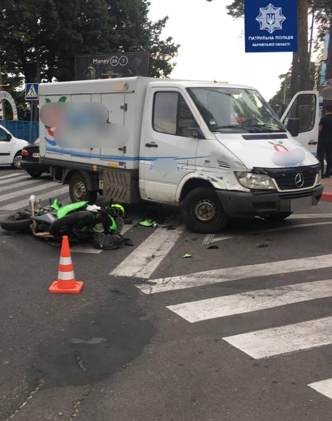 В Харькове грузовик сбил байкера