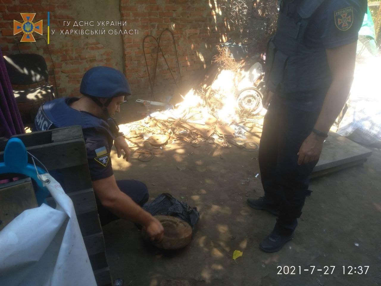 Харьковчане хотели сдать в пункт приема вторсырья противотанковую мину (фото)