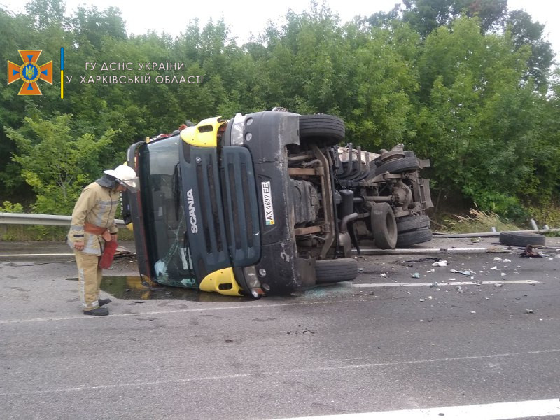 В Харьковской области прицеп фуры врезался в грузовик: топливо разлилось по трассе (фото)