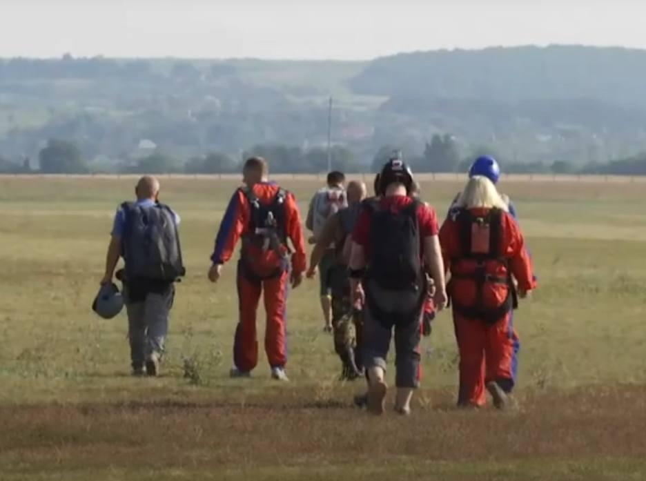 """""""Небесна"""" реабілітація по-харківські: ветерани АТО стрибали з парашутами (відео)"""