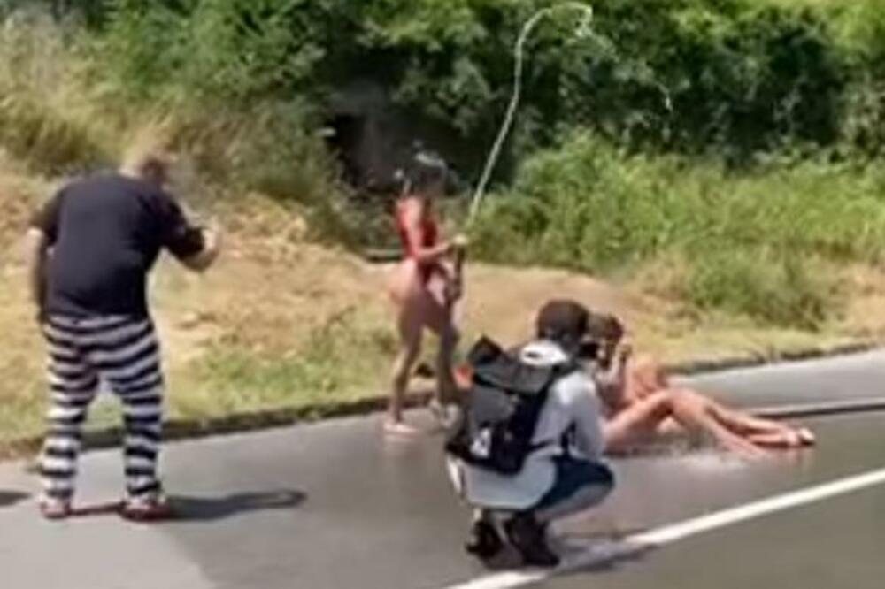 Украинки устроили откровенную фотосессию на дороге в Черногории (фото)