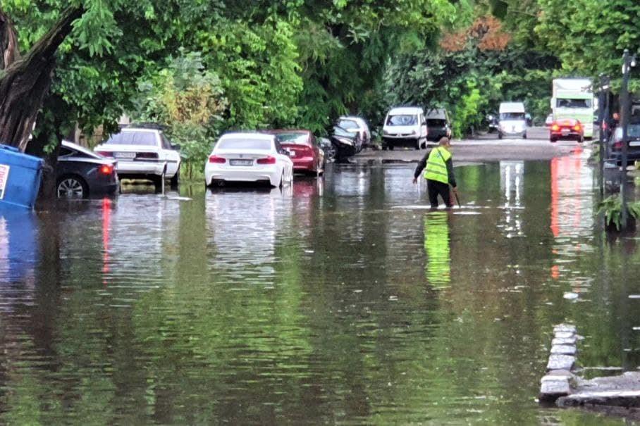 После Киева затопило Одессу: на улицах – по колено воды, попадали деревья, залило рестораны (фото, видео)
