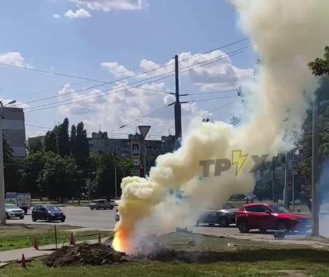 В одном из спальных районов Харькова из-под земли бьет огонь (видео)