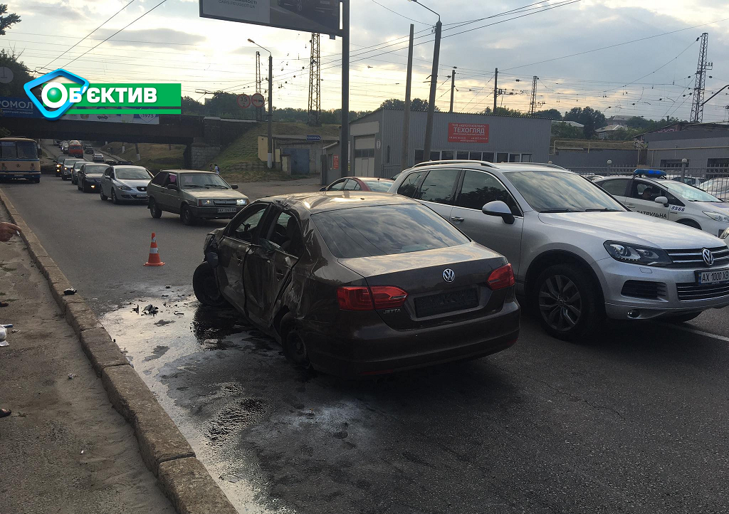 В Харькове водитель легковушки не справился с управлением и перевернулся на крышу - фото 2