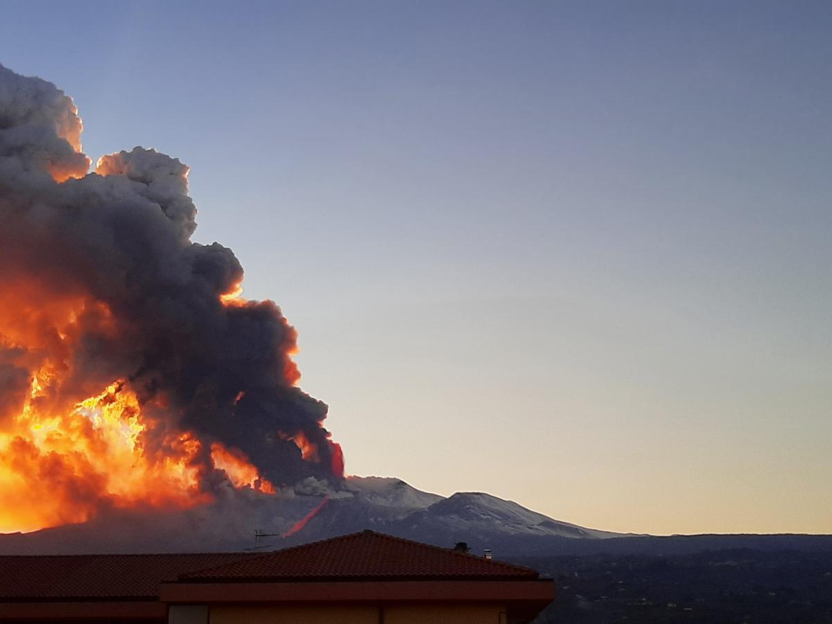 """Этна """"проснулась"""" и выбросила столб из дыма и огня на высоту около 6 км (видео)"""