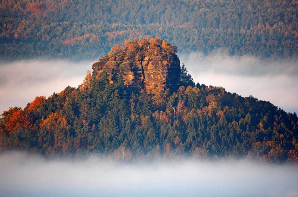 Гора в Саксонской Швейцарии красива в любое время года