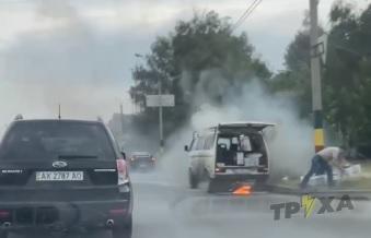 В Харькове посреди улицы загорелся микроавтобус (видео)