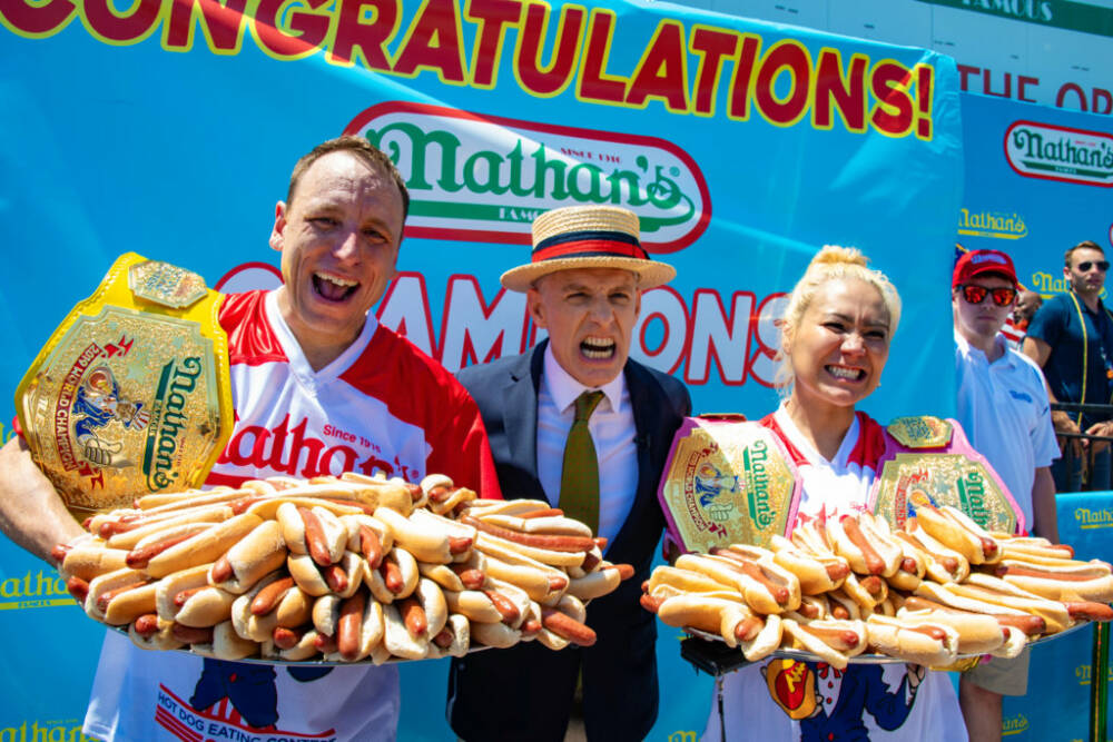 """За 10 минут — 76 хот-догов: американец стал мировым рекордсменом в поедании """"горячих собак"""" (видео)"""