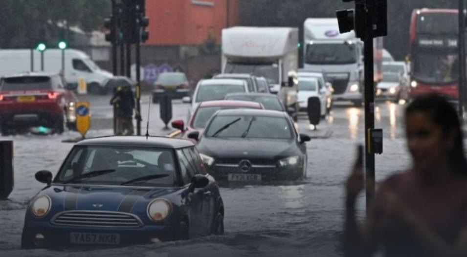 В Лондоне наводнение, затопило станции метрополитена (видео)