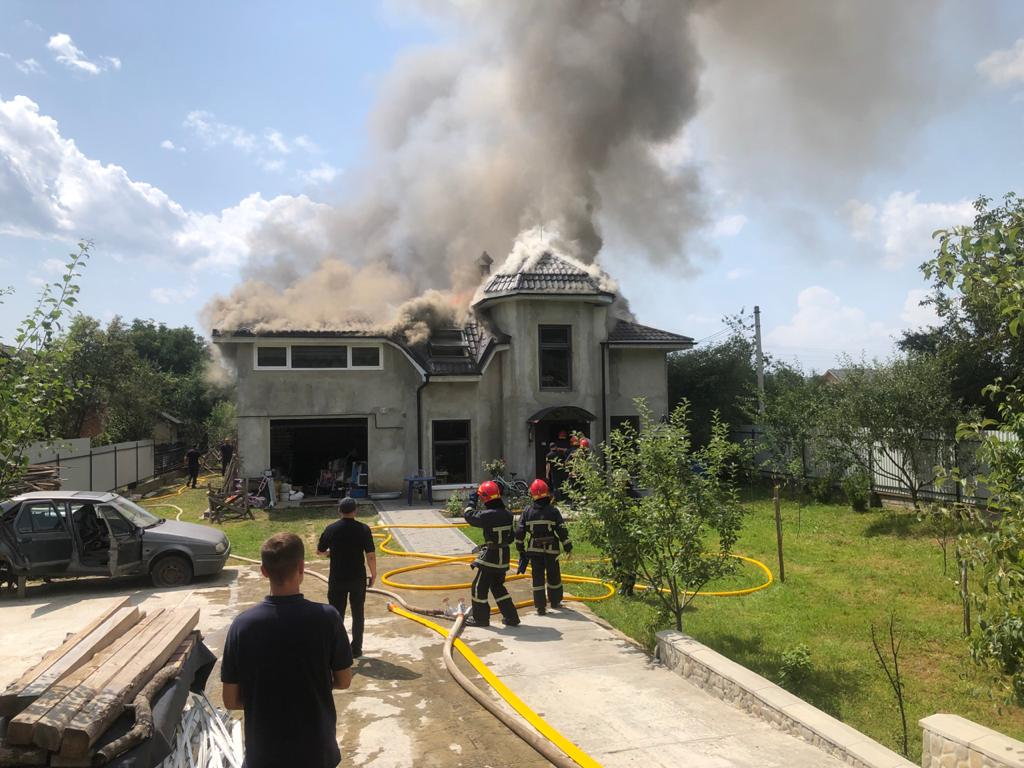 В Прикарпатье на жилой дом упал спортивный самолет (видео)