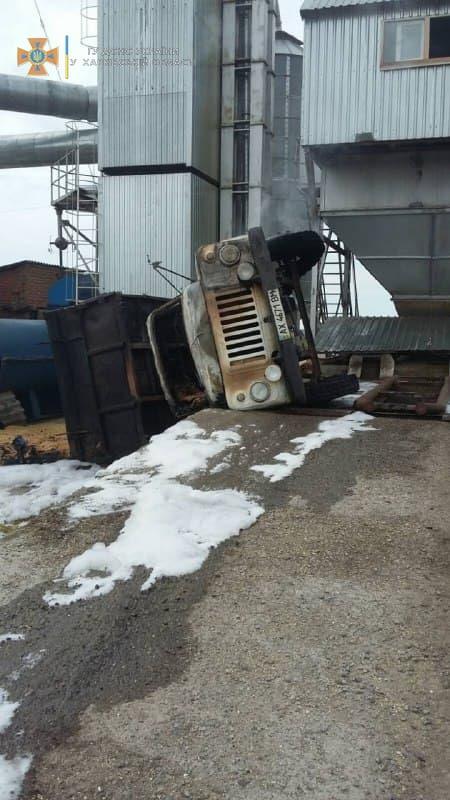 На Харьковщине при опрокидывании грузовика с зерном произошел пожар и погиб водитель - фото 2