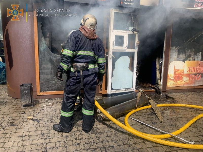Спасатели потушили пожар в киоске полуфабрикатов в Харькове (фото)