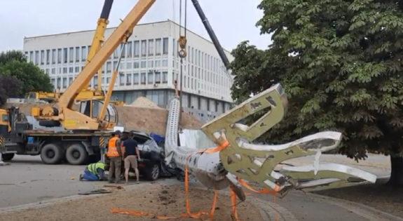 В Херсоне гигантский флагшток упал и раздавил Lexus чиновника (видео, фото)