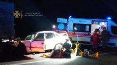 Под Харьковом легковушка врезалась в КамАЗ: водитель погиб, женщина и двое детей – в больнице (фото)