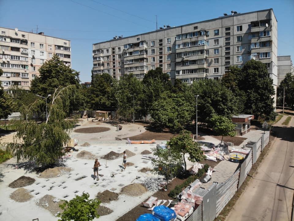 В Немышлянском районе Харькова обустраивают зону отдыха (фоторепортаж)