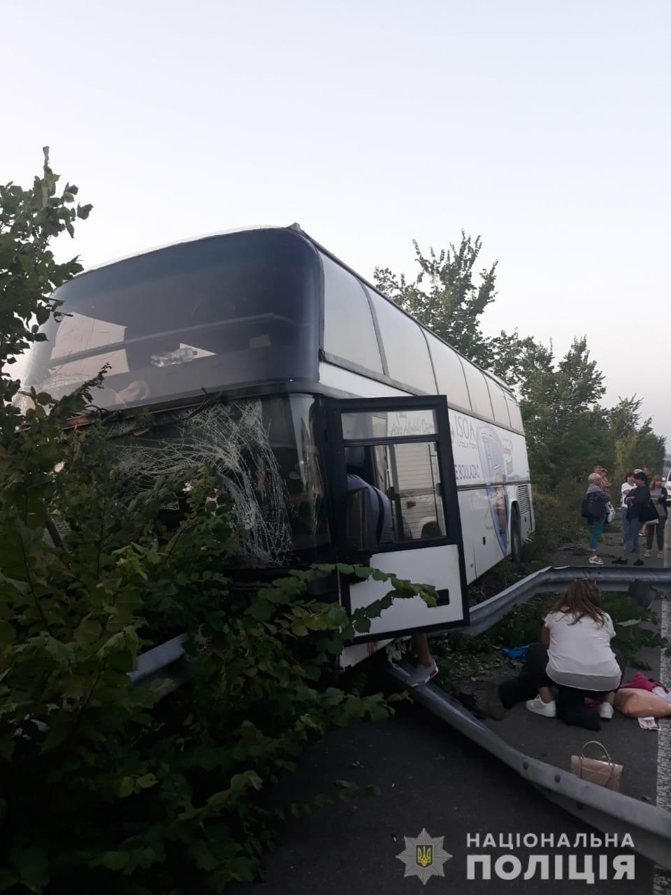 На Харьковщине в аварию попал пассажирский автобус: в салоне было 25 человек (фото)