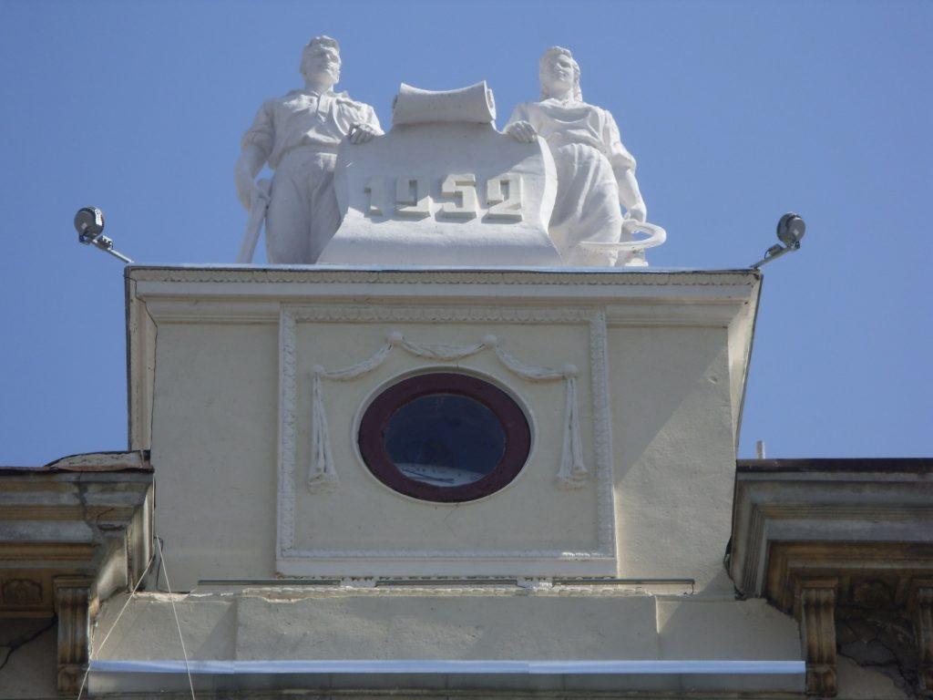 Скульптуры на здании на ул. Университетской