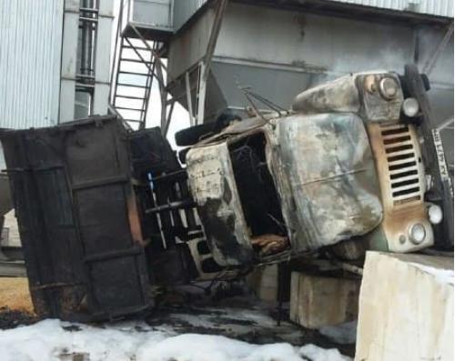 На Харьковщине вспыхнул грузовик с зерном, водитель погиб (фото)